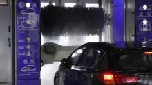 Många fortsätter att tvätta bilen på garageinfarten – trots att de är väl medvetna om miljöriskerna