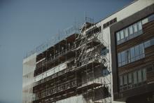 Byggandet av privata lokaler faller tillbaka