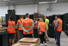 Serber jobb-skuggar för att lära sig mer om avfallshantering
