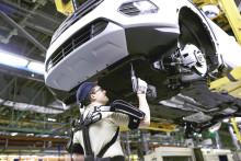 Ember és gép egysége: a világon elsőként egy Ford autógyár szerelőszalagján áll munkába a 'Vasember'