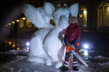 Se filmen när världens underligaste sagodjur blir snöskulptur