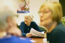 Mervetarna engagerar diskussionspigga pensionärer