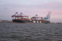 Världens största containerfartyg anlöpte Göteborgs Hamn - här är bilderna