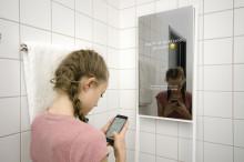 Interaktiva speglar ska hjälpa familjer i Sverige att våga vara sig själva i hemmet