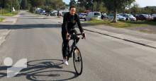 Samuel från Skellefteå AIK Hockey cyklar 80 mil till bortapremiären efter kaxigt vad