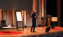 Glada Hudik-grundaren blandar gråt och skratt under färgsprakande föreläsning