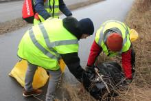 Idrottsföreningar städar längs Nackas cykelbanor