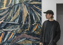 Fredrik Åkum visar ett uppkäftigt måleri på gränsen mellan figuration och abstraktion.