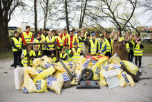 Lokalt hållbarhetsprojekt när idrottsungdomar städar vid Igelstaverket