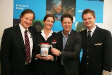 Norwegian-ansatte gir julegaven til UNICEF