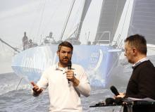 Segelstar und team AkzoNobel Skipper Simeon Tienpont spricht auf der boot über das härteste Rennen der Welt