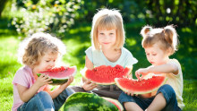Hvordan fjerne typiske sommerflekker på barneklær?
