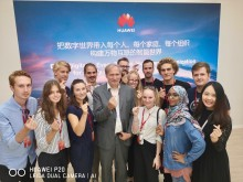 10 universitetsstudenter besökte Huawei i Kina
