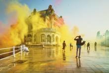 Cazinoul din Constanța este readus la viață cu 1,5 tone de sclipici multicolor în noua reclamă Sony BRAVIA