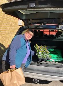 Hemleverans - Jenny levererar växterna till dörren.