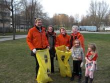 Folkpartister städade Huddinges gator och parker i Håll Huddinge rent kampanjen