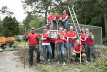 Fuchsschwanz, Hammer und Zange:  Santander Mitarbeiter helfen dem Tierpark