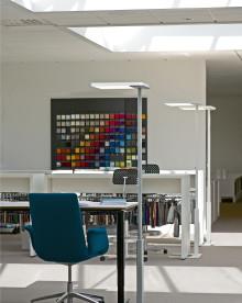Elegant frittstående gulvarmatur med LED