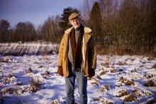 Ola Hjelms tomt blev värdelös på grund av felaktigt strandskyddsbeslut – nu stämmer han staten på skadestånd