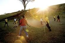 Stadium delar ut 10 000 par fotbollsskor i Sydafrika