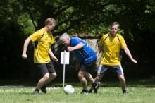 Blocköverskridande samarbeten och överstegsfinter – två ministrar och sju toppolitiker spelar fotboll med Special Olympics i Almedalen