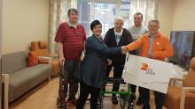 DS Smith lahjoitti Kontukodin asukkaille ulkoilua helpottavan potkupyörän