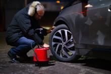 Energi- och klimatrådgivare hjälper bilister att öka däcktrycket inför semestern