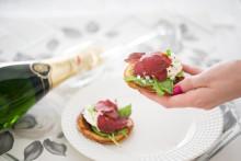 Unohda nakit ja perunasalaatti! – Gourmet-pikaruoka on täydellinen pari uuden vuoden kuohuvalle