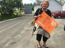 Carina ger sin del av Kundmiljonen till Demensföreningen i Piteå
