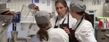 De lär sig svenska mitt i restaurangköket
