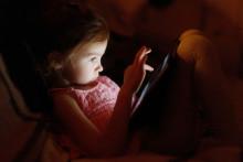 För mycket skärmtid – så påverkar det dig och dina barn