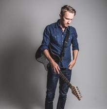 """Mattias Olofsson har över 15 år i musikbranschen som låtskrivare och skådespelare - Idag debuterar han med soloalbumet """"I-landsproblem""""!"""