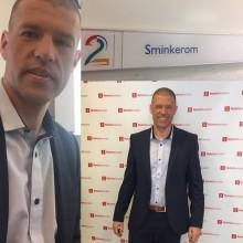 Andreas Myhre viser før og etter-bilder fra sminkestolen til TV2 Nyhetskanalen