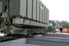 Präzisionsarbeit mit 56 Tonnen schwerem Trafo