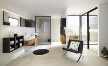 Indret med flotte badeværelsesmøbler i træ