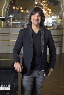 """Robert Wells släpper sommarlåten """"Summer Breeze"""" och firar 50år vid pianot och 30år med """"Rhapsody In Rock"""" 2019!"""