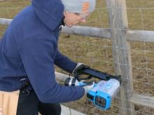 Gjerdekrampemaskin på gass – klar til å bruke ute i terrenget.
