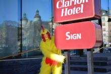 Clarion Hotel Sign gömmer gyllene ägg fyllda med hotellövernattningar i påsk