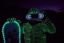 Wyczynowi snowboardziści w urzekającym pokazie światła i dźwięku na alpejskich stokach