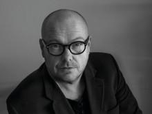 Kontroversiell billedkunstner debuterer med roman i sammenheng med utstillingsåpning