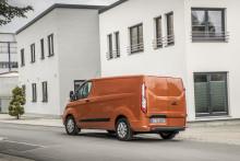 Új Ford Transit Custom: Európa legkelendőbb 1 tonnás áruszállítója még stílusosabb és modernebb lett