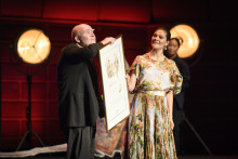 Wolf Erlbruch accepts Astrid Lindgren Memorial Award before a full Stockholm Concert Hall
