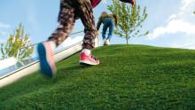 Nyhet - ett fullt återvinningsbart konstgrässystem för lekplatser och skolgårdar!