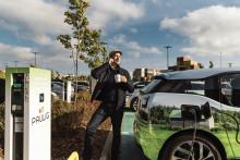 Paulig tarjoaa henkilöstölleen sähköisiä ja päästöttömiä kilometrejä Schneider Electricin ja Plugit Finland Oy:n avulla