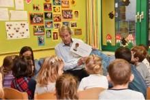 Es waren einmal … vier Vorstände der Sparkasse Neuss, die auszogen, um in Kindergärten vorzulesen