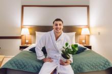 """Somevaikuttaja Joonas Pesonen muuttaa vuodeksi hotelliin  """"Tämä on hulluinta, mitä olen koskaan tehnyt – onneksi huonekasvit muuttavat mukanani!"""""""
