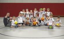 Weihnachtsbescherung: Neue Trikots für Ballschulen-Kids!