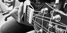 RumEtt och Röda korsets ungdomsförbund håller gitarrkurs för nybörjare