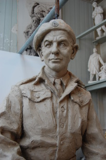 Utsetter planlagt avduking av Max Manus-statuen 8.mai 2011: Vurderer alternativ plassering av Max Manus-statuen