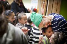 Välkommen till Sverige – en kampanj för att med lek, skratt och hopp välkomna dessa tusentals barn till sitt nya liv i Sverige.